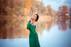 Dame in een luxe weelderige smaragd dres Royalty-vrije Stock Afbeeldingen