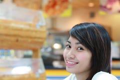 Dame in een restaurant stock foto's