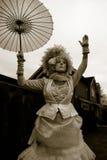 Dame in einem klassischen Weinlese-Halloween-Kostüm Lizenzfreies Stockfoto