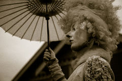 Dame in einem klassischen Weinlese-Halloween-Kostüm Lizenzfreie Stockbilder