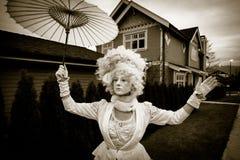 Dame in einem klassischen Weinlese-Halloween-Kostüm Lizenzfreies Stockbild