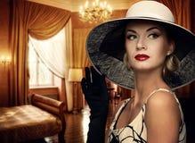 Dame in einem Luxuxwohnzimmer Lizenzfreie Stockfotografie