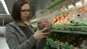 Dame in einem Supermarkt stock footage
