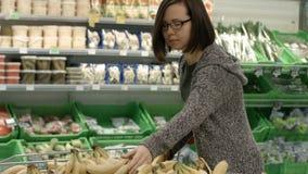 Dame in einem Supermarkt stock video
