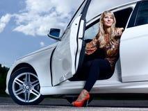 Dame en een auto Stock Foto's