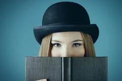 Dame en een boek Stock Foto