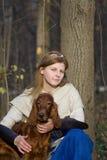 Dame en hond stock afbeelding