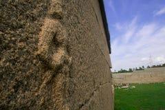 Dame en pierre faisant face au monde Image stock