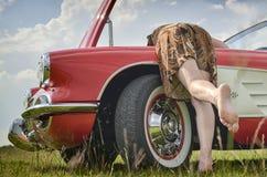 Dame en uitstekende auto Stock Afbeelding