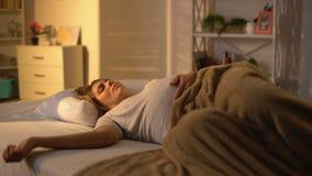 Dame enceinte dormant dans le lit frottant le ventre, petit somme de jour, ?puisement de maternit? banque de vidéos