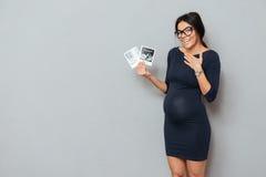 Dame enceinte gaie d'affaires tenant des balayages d'ultrason Photo libre de droits