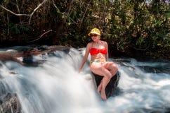 Dame Enjoying de Waterval Stock Afbeeldingen