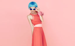 Dame fascinante de mode dans la perruque et des lunettes de soleil bleues Photos stock