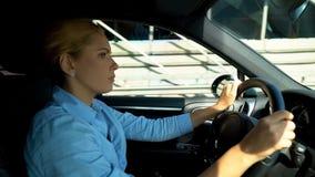 Dame frustrante conduisant la voiture, renversement avec des problèmes au travail, renvoi, démission photos libres de droits