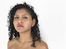 Dame Geconcentreerd Posing Studio Neutral stock fotografie