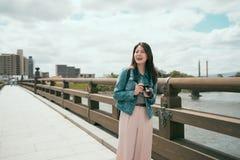 Dame gehen Überfahrtbrücke über dem Fluss lizenzfreies stockfoto