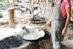 Dame gekookte suiker van suikerpalm in pan Gekookt water Kauw suiker Het openlucht koken royalty-vrije stock foto's