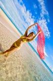 Dame in gele bikini royalty-vrije stock afbeelding