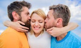 Dame genießen romantische Beziehungen beide Bewunderer Sie mag männliche Aufmerksamkeit Porträt von zwei Frauen und von Männern e lizenzfreie stockbilder
