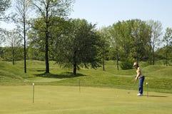 Dame On Golf Practice Green Lizenzfreie Stockfotografie