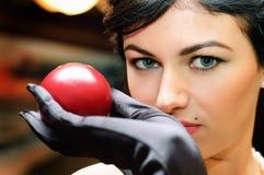 Dame hält Billiardkugel an. Stockbilder