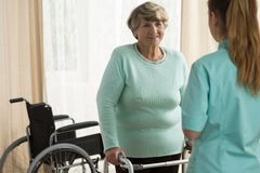 Dame handicapée avec un cadre de marche Photo stock
