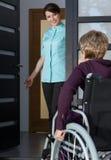Dame handicapée revenant à la maison Photos stock