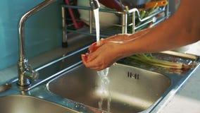 Dame Hands Wash Tomato onder Waterstraal boven Gootsteen stock video