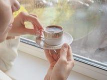 Dame het drinken koffie door het venster royalty-vrije stock afbeeldingen