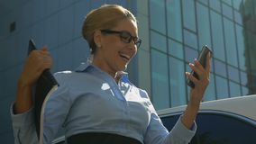 Dame in het goed-nieuwsbericht van de kostuumlezing op bevordering van de smartphone de succesvolle carrière stock footage