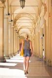 Dame het lopen straten van Bologna, Italië Stock Afbeeldingen