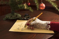 Dame het schrijven de kaart van de Kerstmisgroet Royalty-vrije Stock Foto's