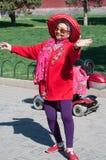 Dame heureuse s'exerçant en parc local Photos stock