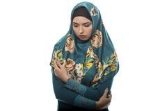 Dame in Hijab, das traurig und deprimiert sich fühlt Lizenzfreie Stockfotografie