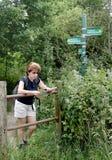 Dame Hiker die een Kaart leest stock afbeeldingen