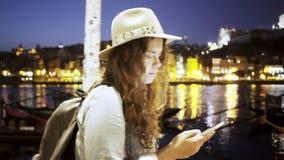 Dame in hoed met rugzak en smartphone op dijk stock videobeelden