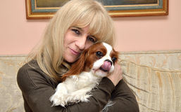 Dame Hugging Cavalier Lizenzfreie Stockfotografie