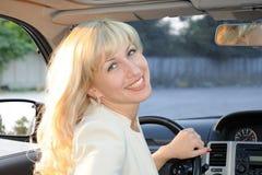 Dame im Auto Stockfoto
