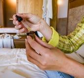 Dame im Hotelzimmer lizenzfreie stockfotos