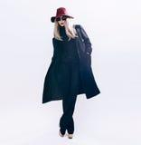 Dame im klassischen schwarzen Mantel und im Hut Art und Weiseart Stockfotos