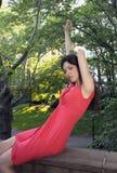 Dame im Rot im Park Stockbilder
