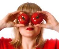Dame im Rot mit Tomate zwei Stockfoto