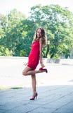 Dame im roten Kleidertanzen Stockfotos