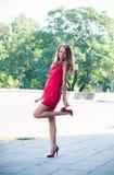 Dame im roten Kleidertanzen Stockfotografie