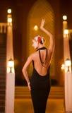 Dame im schwarzen Abendkleid Stockfoto
