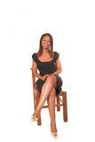 Dame im schwarzen Kleidsitzen Stockbilder