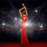 Dame im sexy Kleid auf rotem Teppich Stockfotografie