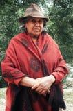 Dame im traditionellen Hut und im Poncho vor Eukalyptusbäumen lizenzfreie stockbilder