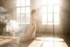 Dame im weißen Weinlesekleid lizenzfreie stockbilder