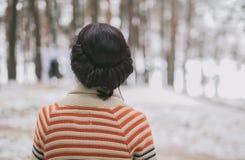 Dame im Winterwald Stockbild